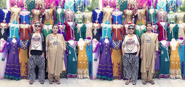 Grand mère échange vêtements